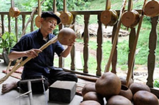 Nghệ nhân làm đàn tính ở Cao Bằng. Ảnh: Hồng Gấm